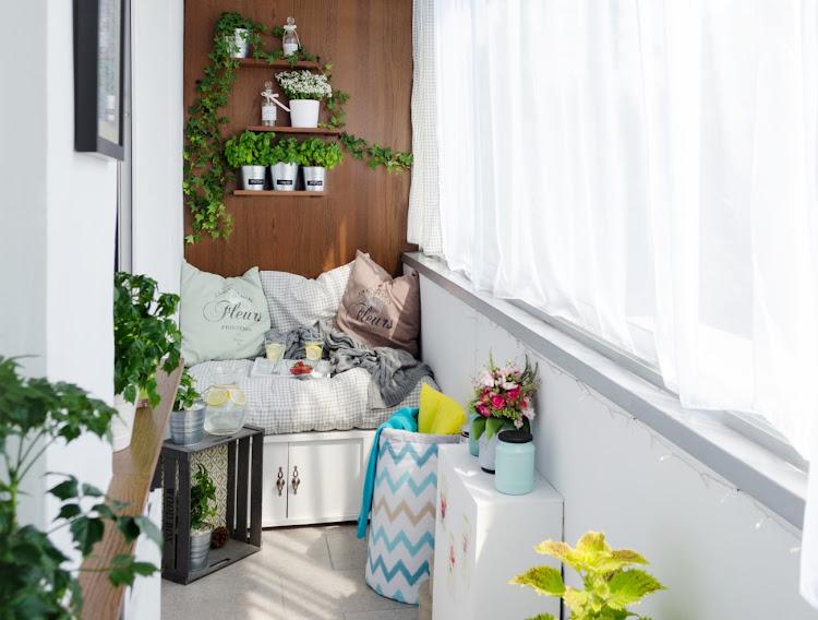 Siedzisko na małym balkonie w bloku
