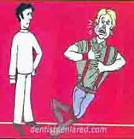 """<Img src =""""caricatura-flemón-dental.jpg"""" width = """"216"""" height """"224"""" border = """"0"""" alt = """"Un dentista mira a un paciente con flemón."""">"""