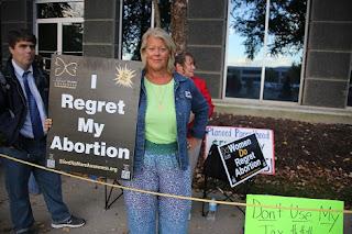 Leslie es conocida por llevar un cartel en las marchas provida que dice: 'Lamento mi aborto'