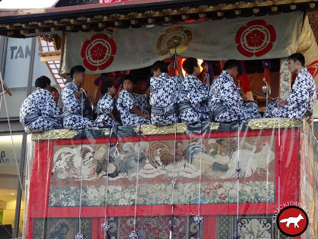 participants de la fête de Gion qui jouent de la musique
