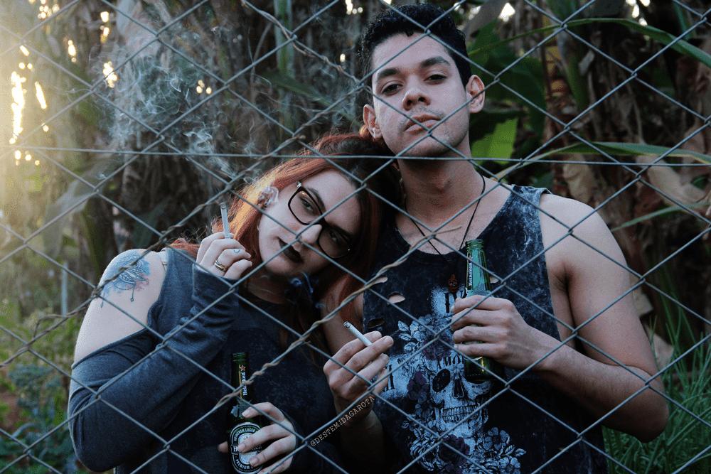 DS ARTES VISUAIS Ensaio fotográfico fumando e bebendo atrás das grades, gótico, trevoso, heineken