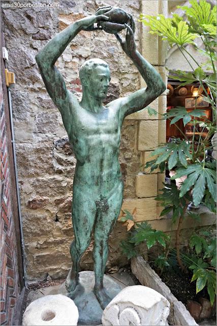 Escultura Desnuda de John Hammond en su Jardín Interior