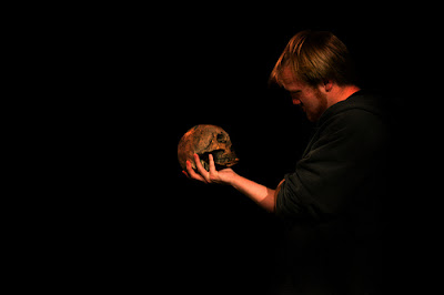 Trecho de Hamlet. Com crânio na mão