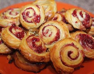 Mielinės tešlos pyragėliu su vyšniomis receptas