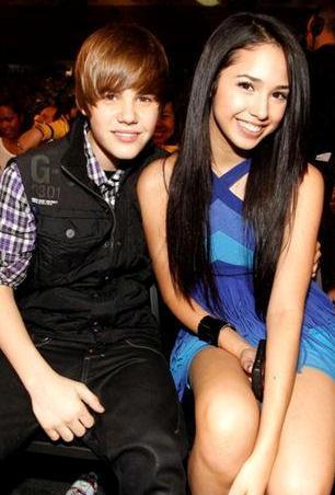 Foto de Justin Bieber sentado junto a Jasmine Villegas