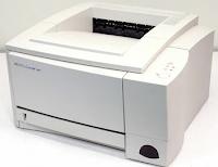 Zu den Vorteilen des HP LaserJet 2100 gehört das bequeme Füllen von Papier im normalen Fach oder im Fach für Spezialpapier.