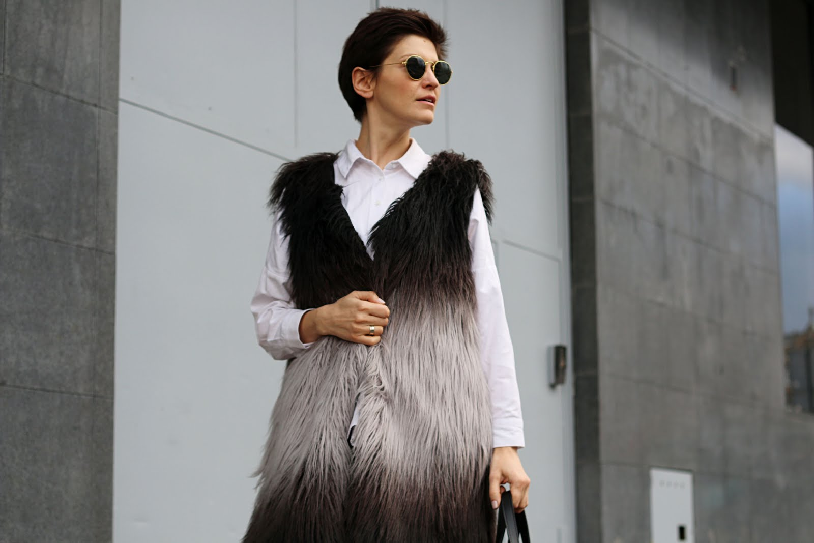 Futrzana kamizelka i biała koszula * jesienna stylizacja