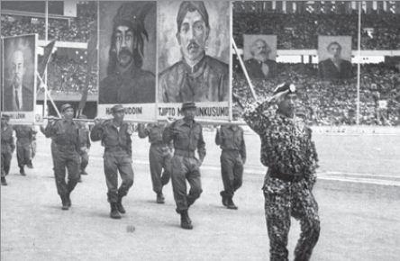 PKI unjuk kekuatan dengan mengumpulkan massa yang banyak di stadion Senayan Jakarta pada saat merayakan hari ulang tahun PKI.