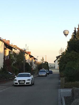 Straße im Abendlicht mit Heißluftballon