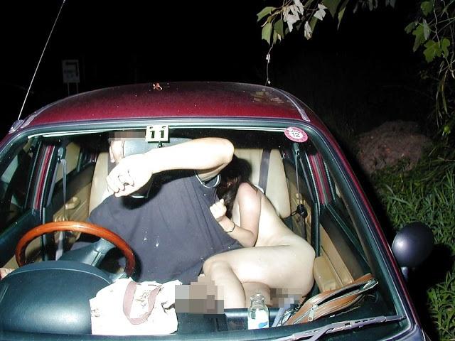 Έπιασε την κοπέλα του να τον απατά και την αvάγκασε να βγεί γυμvή στο δρόμο! (video)