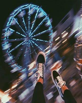 foto de pies en parque de diversiones