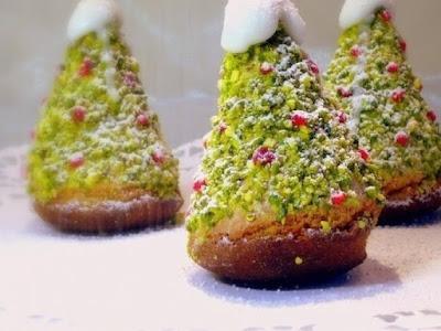 десерты на Новый год, выпечка на Новый год, новогодние десерты, новогодние блюда, новогодние сладости, рождественские десерты, рождественские сладости, рождественская выпечка, что приготовить на Новый год, что приготовить на Рождество, праздничные рецепты, новогодние рецепты, рождественские рецепты, новогодний стол, Новогодние сладкие рецепты, Безе новогоднее «Елочки», Безе «Шишки», Ёлочка из айсинга, Ёлочки из кондитерской мастики для украшения торта (МК), Ёлочка из кондитерской мастики ножницами, Ёлочки из сахарно-желатиновой кондитерской мастики, Ёлочка из лимона, лайма или других цитрусовых, Ёлочка из мастики и белого шоколада, Ёлочка из мастичных снежинок, Заснеженные ёлочки из шоколадных хлопьев, «Заснеженные ёлочки» — песочное печенье, Клубника в шоколаде: рецепты, идеи, оформление, Клубника в шоколаде с маскарпоне, Клубника в шоколаде Санта-Клаус, Кружевные съедобные шарики-безе, Миндальное пирожное «Ёлочка» с белым шоколадом и фисташками, Мягкое апельсиновое печенье, «Новогоднее» — имбирное печенье, «Новогодние звезды» — сметанно-медовое печенье, «Новогодние снежинки» — шоколадное печенье, Новогодний апельсиновый торт, «Пряное» — новогоднее печенье с шоколадной помадкой, «Рудольф» — новогодние шоколадные пирожные, Снеговик в шубке из мастики, Снеговики из безе для новогоднего стола, «Творожные Снеговички» — новогодний десерт, «Шапка Деда Мороза» — клубничный десерт, «Шишки» — новогодние пирожные,выпечка новогодняя, выпечка рождественская, Новый год, Рождество, выпечка праздничная, блюда новогодние, блюда Рождественские, рецепты, рецепты праздничные, орехи фисташки, пирожные бисквитные, пирожные ёлочка, пирожные миндальные, шоколад белый, пирожные с шоколадом,Миндальное пирожное «Ёлочка» с белым шоколадом и фисташками , рецепт с фото, как сделать съедобную елкуhttp://eda.parafraz.space/,