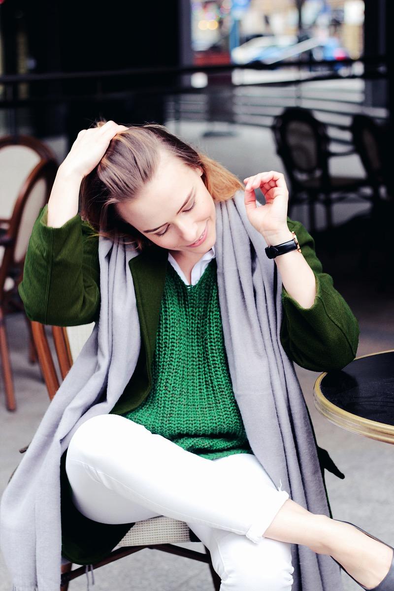Stylizacja z zielonym swetrem