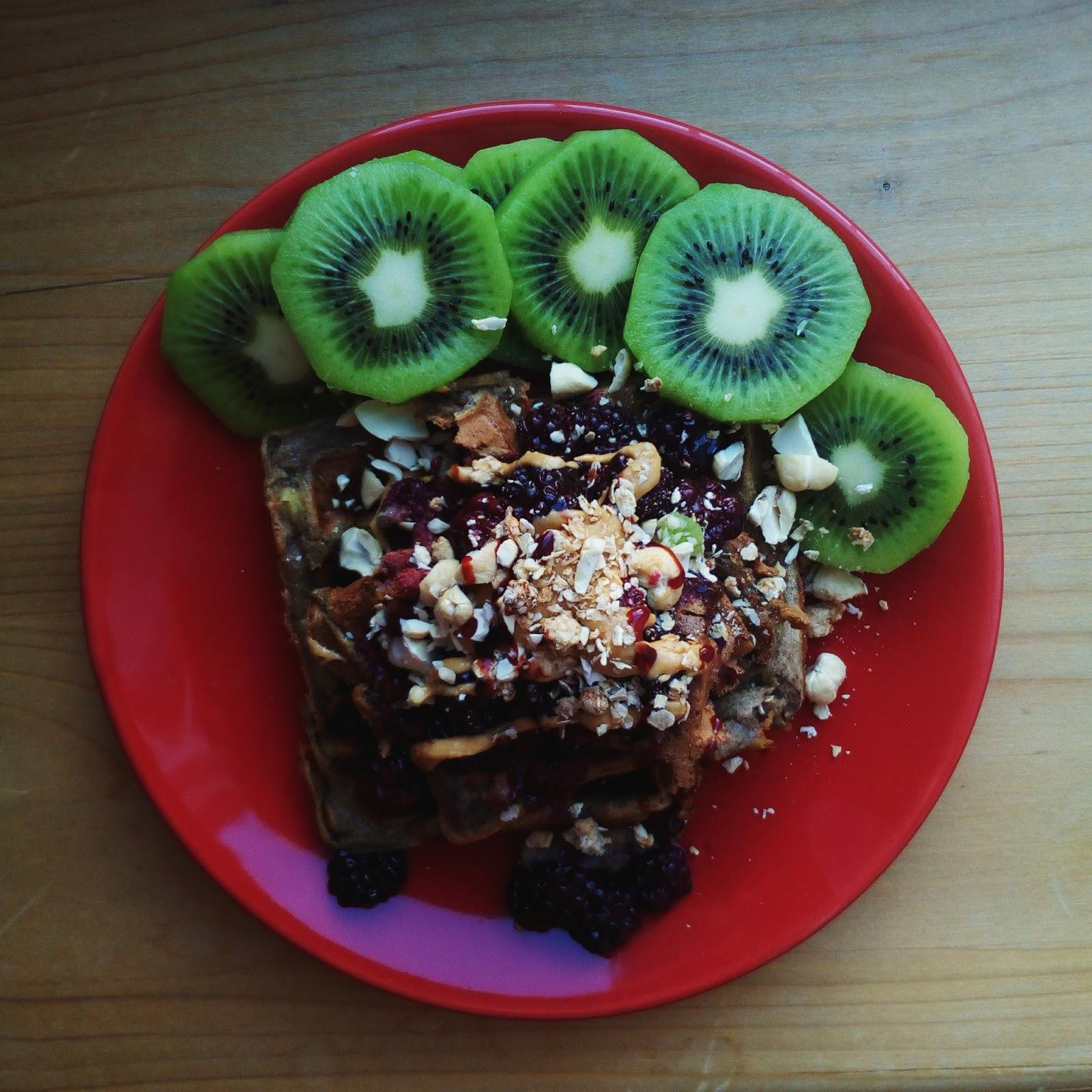 Ovesné vafle s arašídovým máslem, lesním ovocem, ořechy a kiwi