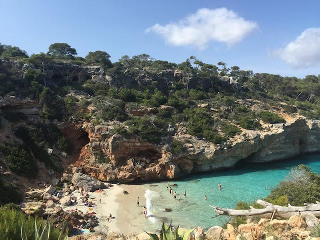 Vista de cima da praia pela lateral da trilha, Caló des Moro.