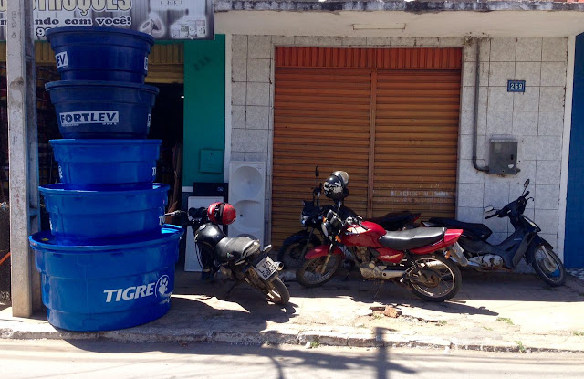 Estacionar moto em cima da calçada. Falta de bom senso ou cara de pau?