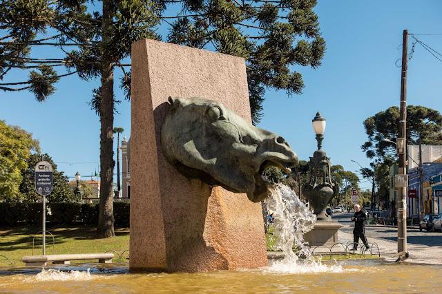 """Fonte da Memória, escultura do """"Cavalo Babão"""""""