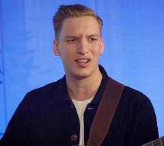 George Ezra no clipe de Pretty Shining People
