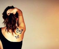 tatuaje de mariposas en el hombro