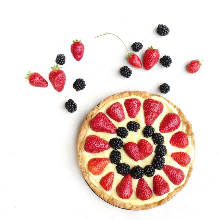 Crostata con crema pasticcera e frutta fresca, pasta frolla senza burro