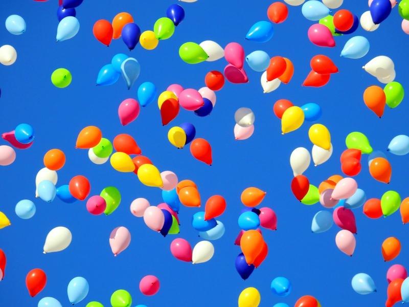 Balões de muitas cores erguem-se no ar