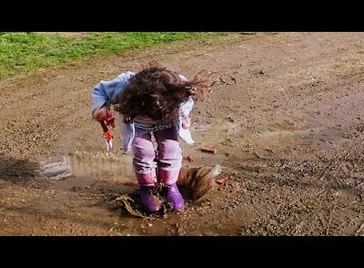 sauter dans les flaques enfance nature pluie plaisir liberté