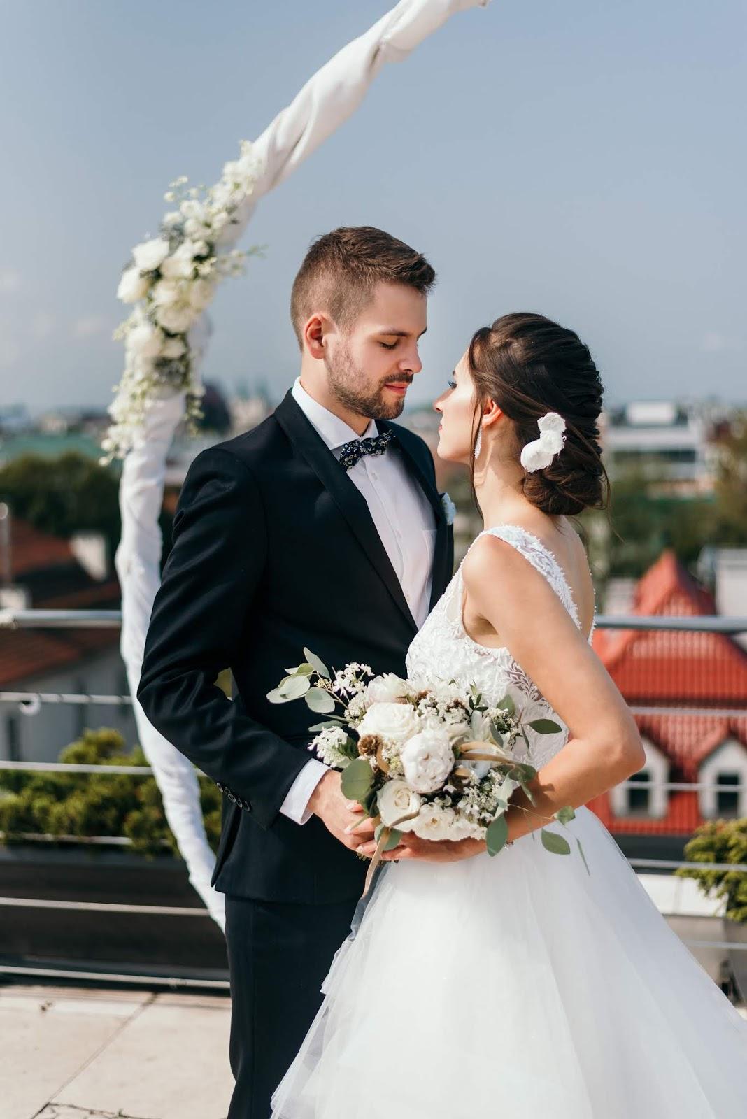 Fryzura ślubna z kwiatami.