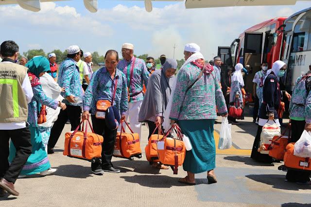 SAMBUT JAMAH HAJI- Wakil Gubernur Kalimantan Selatan H Rudy Resnawan menyambut kedatangan Jamaah Haji Kelotor 1 asal kota Banjarmasin di Bandara Syamsuddin Noor, Sabtu (9/9) siang.