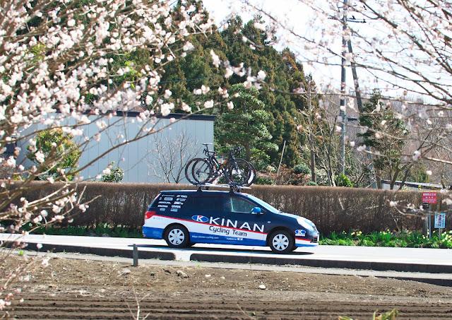 キナン サイクリングチームのサポートカー 日産 ウィングロードの写真