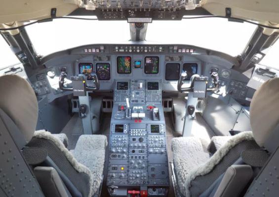 Bombardier CRJ900 cockpit