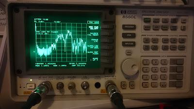 OH2DD spektrianalysaattorilla mittaamassa radioamatööri alipäästösuodatinta