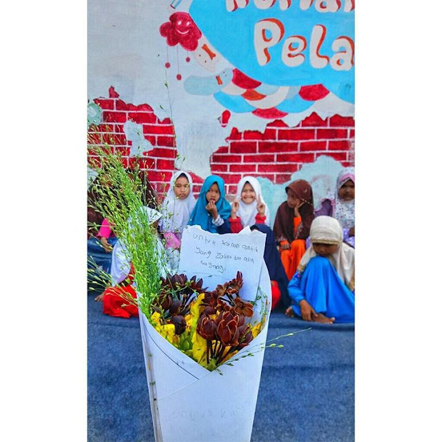 Rangkaian bunga karya Korlas dan adik-adik Rumah Pelangi Bekasi