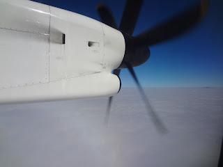 ボンバルディア DHC8-Q400の離陸でプロペラ回る