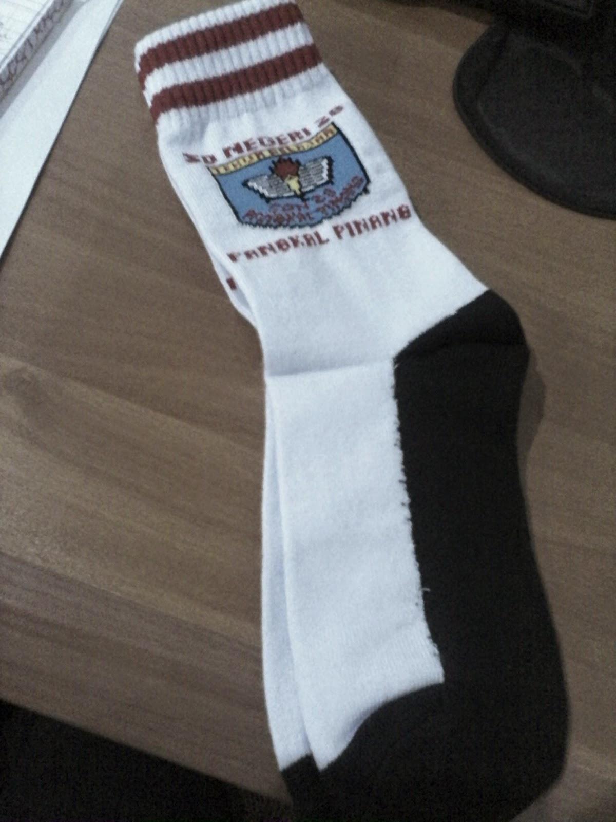 Kaos kaki Logo sekolah tapak hitam