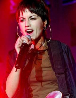 Foto de Dolores O'Riordan cantando en el escenario