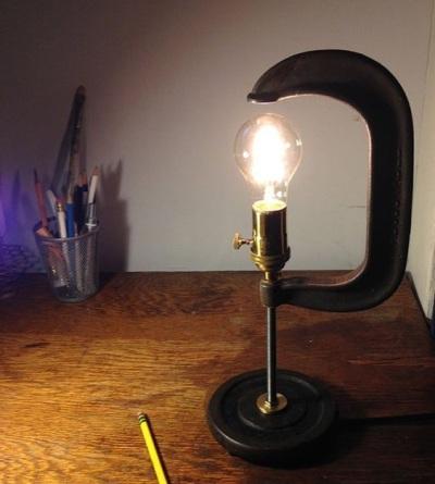 Lampu meja bergaya industrial ini merupakan hasil daur ulang dari C-Clamp, dan dibuat oleh catskillsvintage.