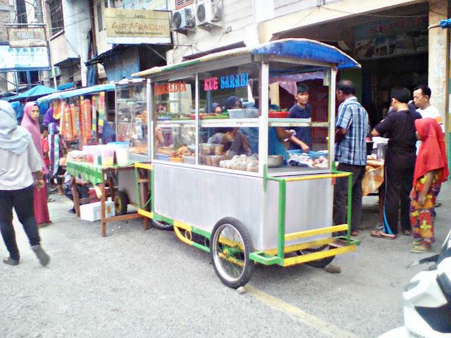 Di hari pertama puasa ramadhan, para penjual takjil mulai bermunculan di sejuml;ah ruas jalan di Kota Tanjungbalai.