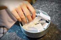 Bir kase içindeki yazılı kağıtlar ile kura çekme