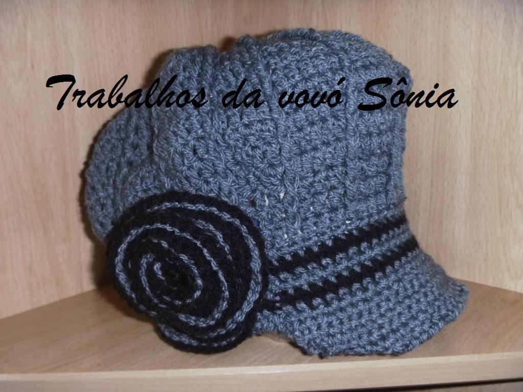 9cec04ec3cc89 Trabalhos da vovó Sônia  Boina feminina com aba cinza e preta - crochê