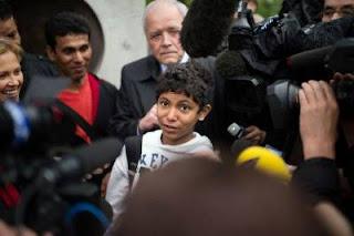 Le jeune as des échecs Fahim Alam, le 11 mai 2012 devant la préfecture de Créteil — Martin Bureau afp.com