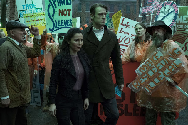 Martha Higareda y Joel Kinnaman en 'Altered Carbon'