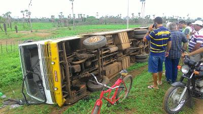 Acidente com ônibus deixa estudantes feridos em Santana do Acaraú