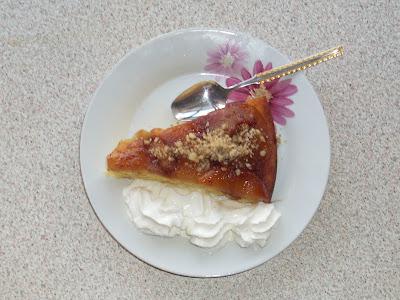 Νόστιμη μηλόπιτα γαρνιρισμένη με σαντιγί και τριμένο καρύδι