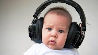 Foto gambar bayi lucu mendengarkan musik 20