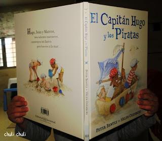 leyendo el libro del capitan hugo y los piratas