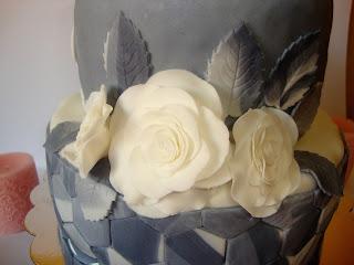 Rosas blancas y hojas grises marmoladas