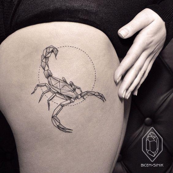 vemos el el muslo de una mujer el tatuaje de un escorpion , es un tatuaje de estilo geometrico