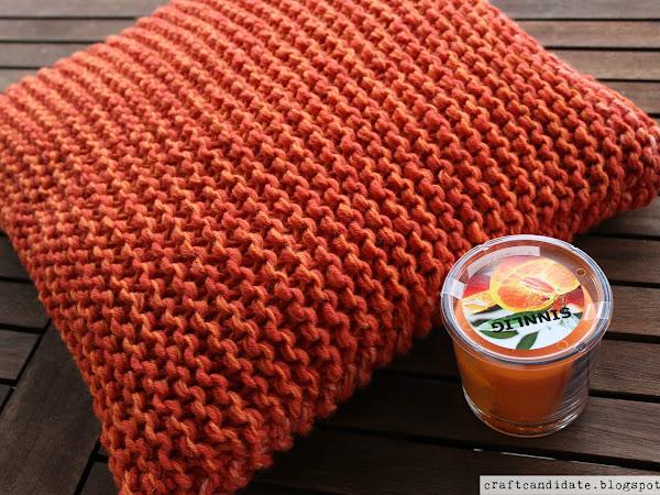 Orange is the new black: Neulottu sohvatyyny + ohje - Knitted cushion cover + pattern