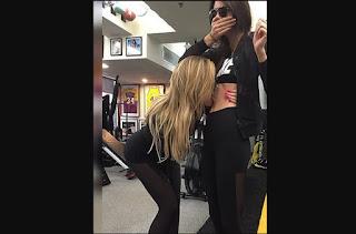 Khloé Kardashian besa abdominales