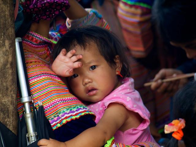 Niña etnia mong flor en el mercado de Bac Ha